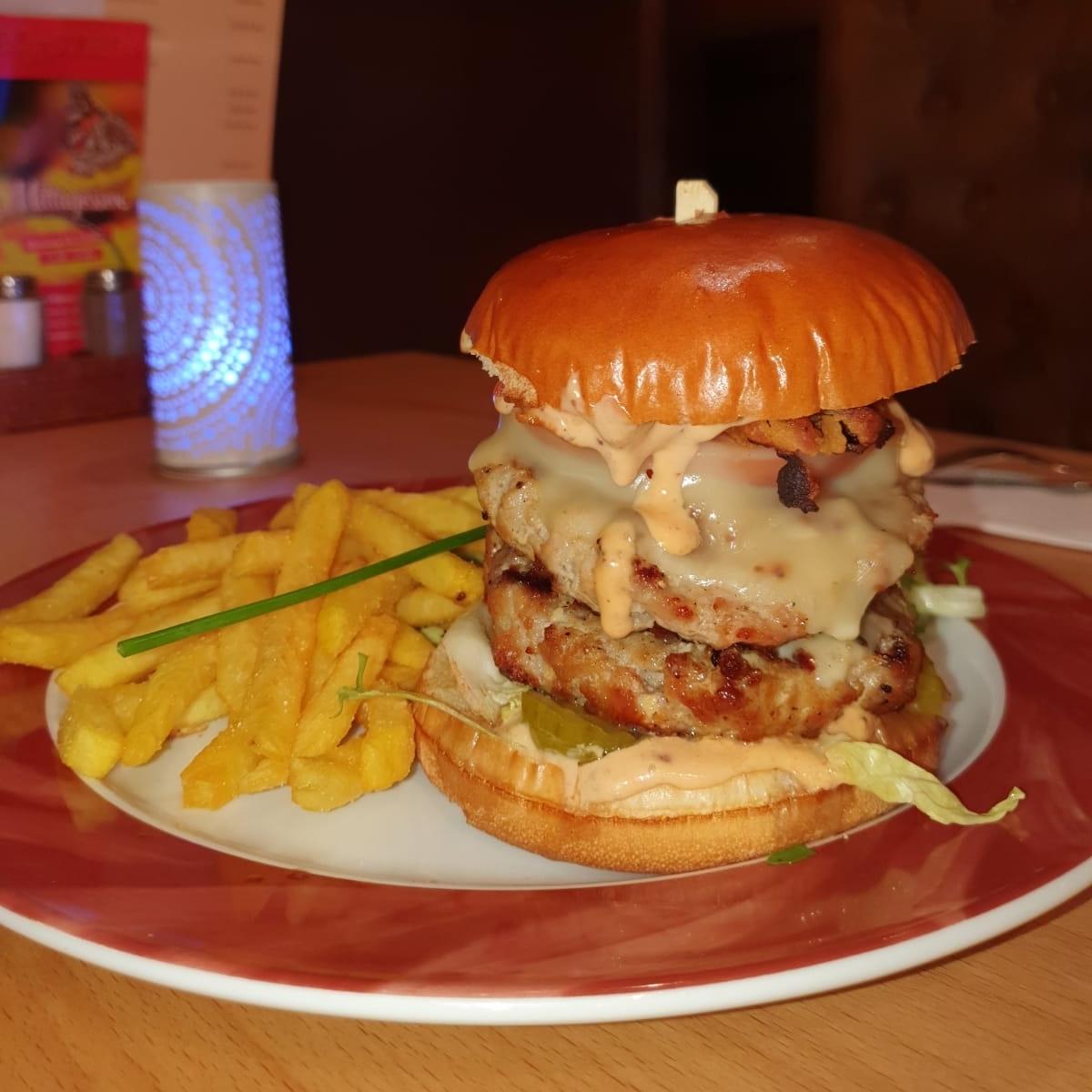 Eckstein-Restaurant-Eimsbüttel-Burger-Steaks-Fisch-Burger mit Pommes